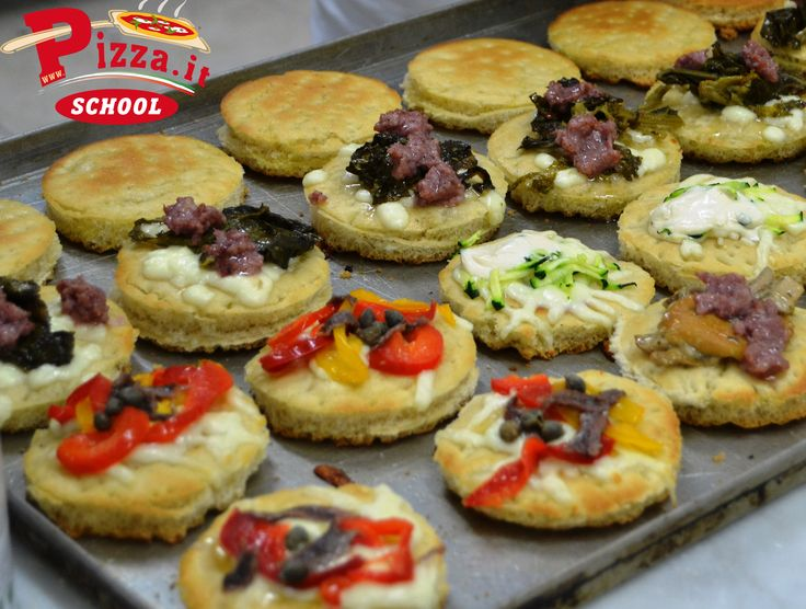 Mini pizzette ricavate da una pizza in teglia: colorate, gustose e sfiziose! #PizzaItSchool #aperipizza
