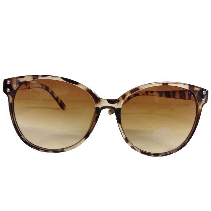 jaren 50 kleding Collectif Lana Sunglasses Leopard Brown  Ook onze zonnebril dient natuurlijk Fabulous te zijn! De Lana Sunglasses zijn lekker pittig door hun leo motiefje en door de stijl perfect met jouw pin-up outfit te combineren.