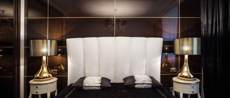 Дизайн спальни. Стена за изголовьем кровати оформлена шпонированными МДФ панелями, покрытыми рояльным лаком. architectural studio INSCALE #bedroom  #bedroomdesign #design #interior #homedecor #interiordesign #inscale #inscalestudio #luxury #artdeco / интерьер в ар-деко / дизайн квартиры / дизайн квартир петербург / спальня в ар-деко