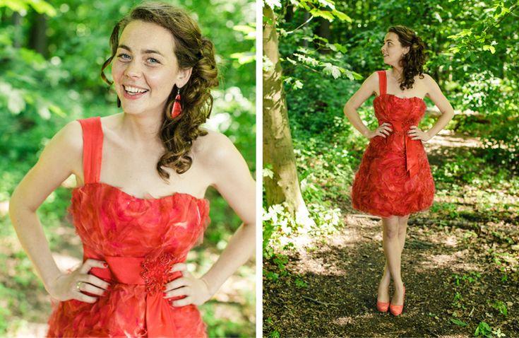 """Alternative wedding of a friend!  """"Het werd een korte rode trouwjurk. Het liefst wilde ik nog iets meer asymmetrie in de jurk en dat kon gelukkig: tijdens het afpassen werd de trukendoos erbij gehaald en is er nog een schouderbandje aan de jurk gemaakt. Ik was best trots op mezelf dat ik binnen tweeënhalf uur klaar was! Ik heb ook geen moment gedacht: dit is 'm niet. Deze jurk is echt een weerspiegeling van mezelf."""