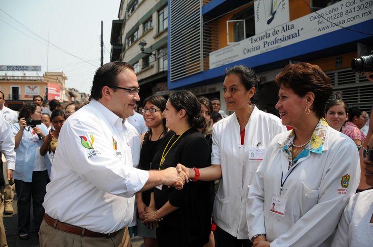 """El gobernador Javier Duarte de Ochoa saludó a los profesionales de la salud que participarán en la Segunda Semana Nacional de Salud, """"mujeres y hombres, médicos y enfermeras, que entregan talento y corazón para proteger vidas""""."""