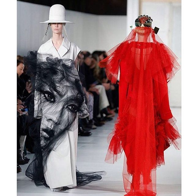 Last week at Paris Couture Week John Galliano once again pushes his tremendous creativity through Maison Margiela Artisanal S/S '17 collection. The Creative Director was having fun inspired by snapchat's filter and interprets them into the play of paints prints embroidery and unfinished treatment. One of the most attractive look was white coat with sheer black chiffon decorated as a face. #Hautecouture #maisonmargielaartisanal #johngalliano #pariscoutureweek #MarieClaireRunway  via MARIE…