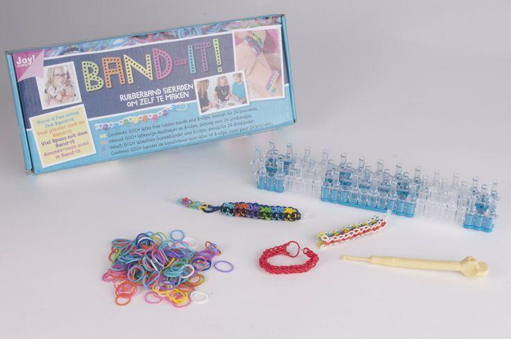 Band-It! Set incl. 600 rekkertjes en 24 clips - Maak de coolste sieraden eenvoudig zelf met rubberen bandjes! Het enige wat je nodig hebt is een loom, haaknaald, plastic clips, elastiekjes in jouw lievelingskleuren en het boek om te zien hoe je de accessoires stap voor stap kunt maken. Met de veelkleurige rubberen bandjes kun je alle kanten op. Maak je outfit compleet met een hippieriem, versier een haarspeld of tas met schattige bloemetjes of hang je armen vol met de mooiste combinaties van…