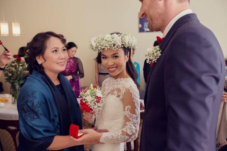 biały wianek ślubny z gipsówki wraz z butonierką dla pana młodego i małym gipsówkowym bukietem z czerwonymi detalami