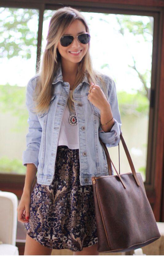 Saia floral branca + camiseta básica + colete jeans