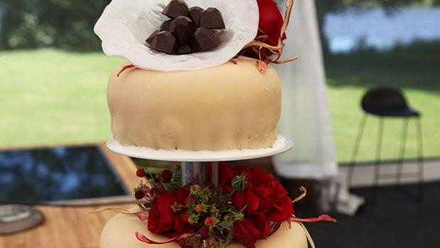Lagkage med saltkaramelchokolade og stikkelsbær Denne overdådige kage er med mazarinbunde, chokolademousse, saltkaramel og stikkelsbær