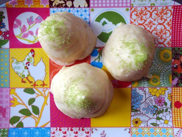 Prøv disse lækre hjemmelavede citronflødeboller med hvid chokolade. De er lette at lave, og citronen gør flødebollerne friske og indbydende.