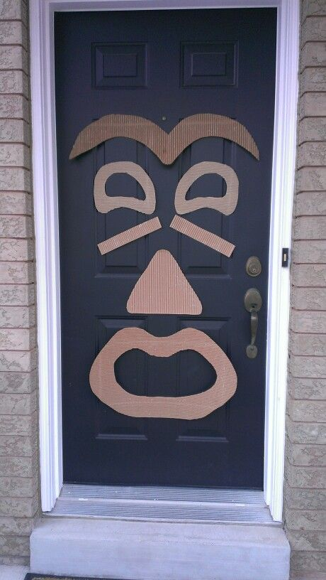 Tiki door decoration. Great to greet your guests for a luau. Made with cardboard, and glued magnets to avoid using tape on door.