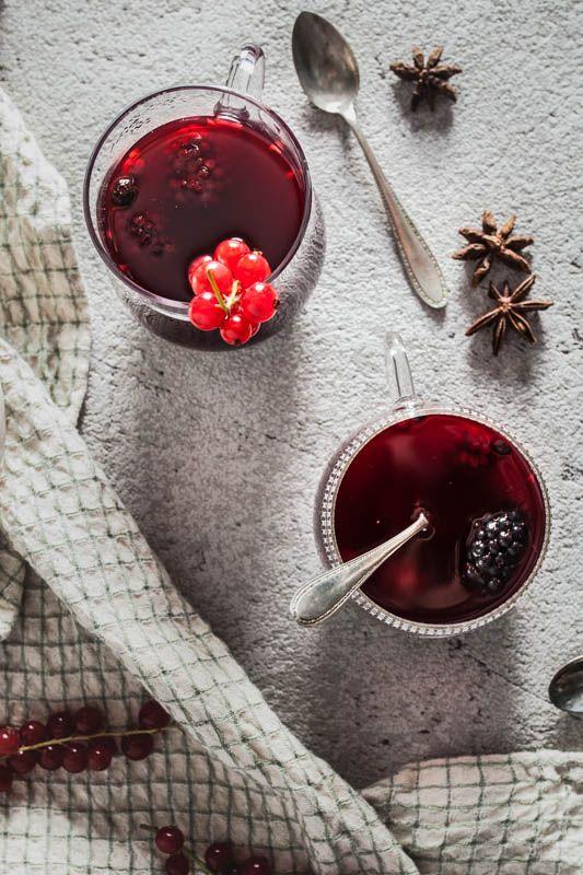 Winterlicher Waldbeeren Punsch mit Brombeeren, Himbeeren und Johannisbeeren. Zur Weihnachtszeit und Winterzeit wird der Saft warm gemacht und heißt Winterpunsch oder Weihnachtspunsch oder auch Glühwein. Wir machen eine wahlweise alkoholfreie oder alkoholische fruchtige Version mit Waldbeeren, Zimt und Sternanis. #foodphotography #weihnachten #christmas #recipes #winter #rezepte