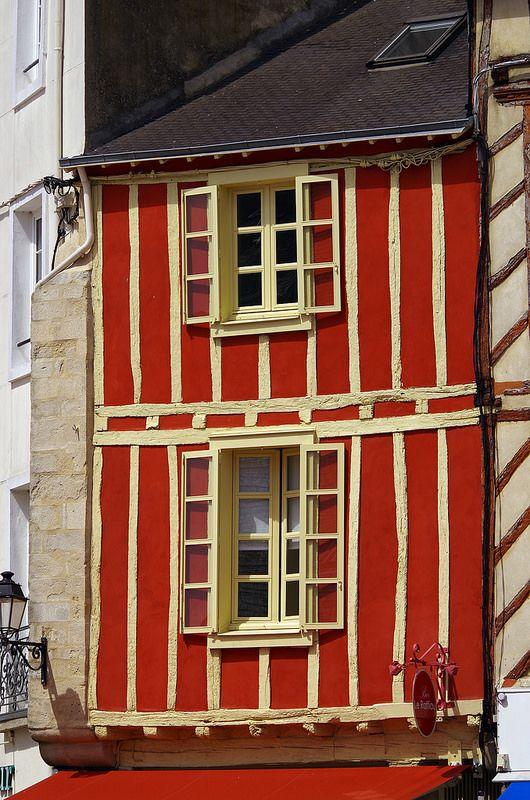 Jolie façade colorée d'une maison à colombage. Vannes, #Morbihan, Bretagne.