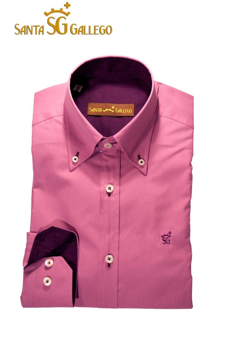 Camisa hombre morada/fuxia, interior puño y cuello morado oscuro, con codera en el mismo tono que el interior de puño, botón cosido en aspa, ojal y logo morado oscuro Santa Gallego