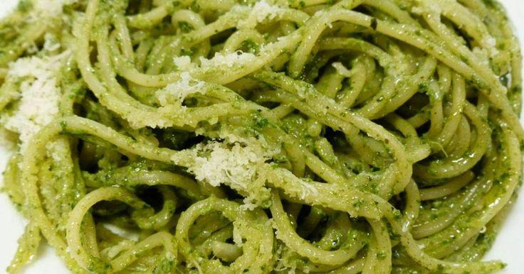 Il pesto di basilico e noci è il condimento ideale per preparare deliziosi primi piatti o per insaporire carne e verdure