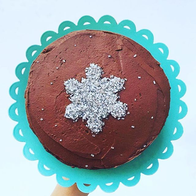 Gorgeous way to use our Snowflake Cookie Cutter ❄️ #welovecake  @houseofcrumbsdc #cookiecutterkingdom