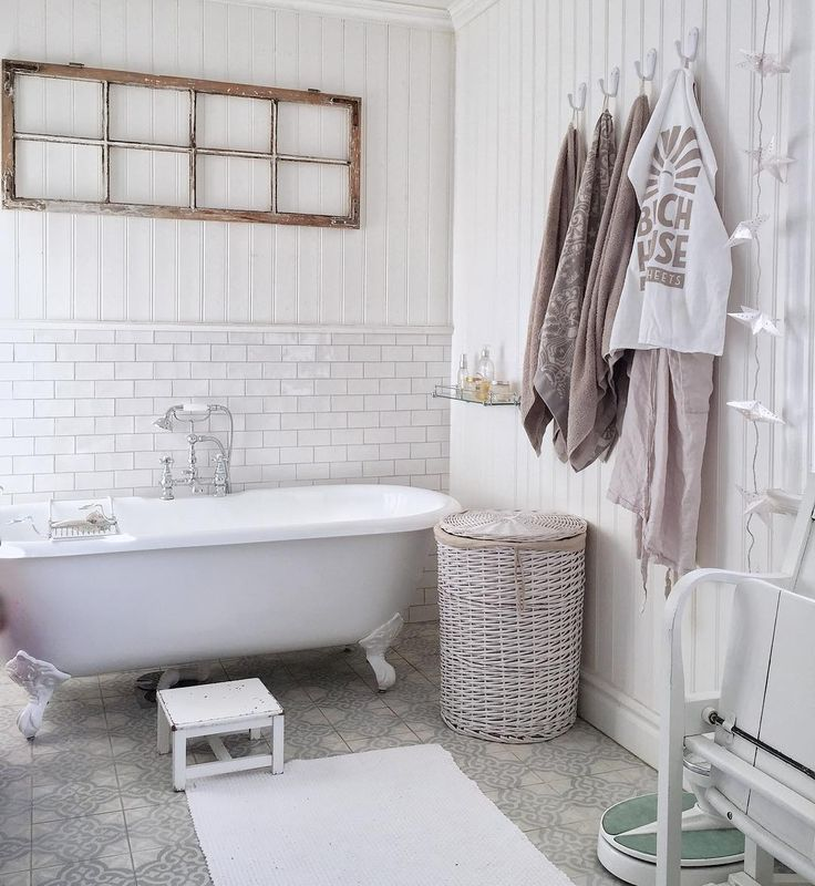 Nice bathroom from @hannasanglar Beach House cotton towel blend right in!