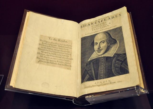 Vendidas las 4 primeras antologías de Shakespeare en una subasta por 2.5 millones    Copias de las cuatro primeras recopilaciones de las obras de teatro escritas por William Shakespeare han sido vendidas a través de una subasta realizada en la casa Christie's de Londres el pasado miércoles por un predio de 2.5 millones de libras lo que equivale a más de 3 millones de euros. Los cuatro libros eran vendidos en lotes separados pero los todos ellos fueron adquiridos por un mismo coleccionista…