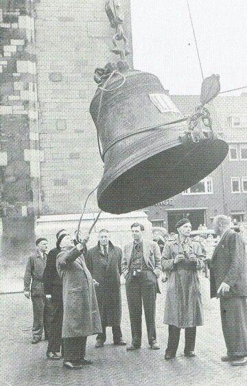 Je bent Utrechter: nieuwe klok wordt de Domtoren ingehesen, 11 juli 1951.