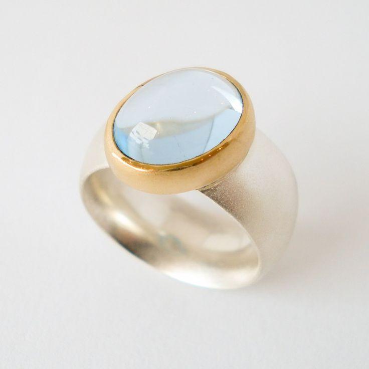 Zilveren ring met 22 karaat goud en een topaas