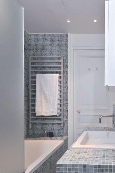 salle de bain enfant : entrée direct sur meuble maçonné avec mosaïque, paroi douche dépolie, spots