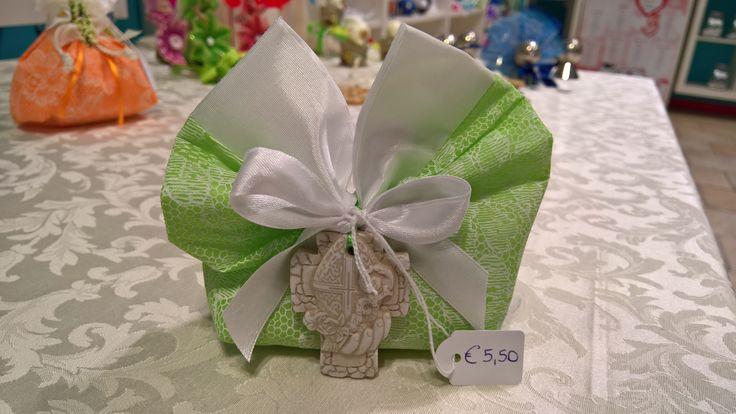 Bomboniera sacchettino verde con croce con il simbolo della cresima. I sacchettini sono disponibili in vari colori. DiMi bon bon a Mortara in via Cairoli 5