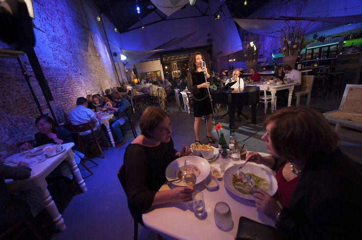 Diner met live achtergrondmuziek bij Visj in Bergen op Zoom. Foto door Nick Franken Fotografie.