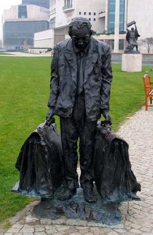 Timár József színész szobra az új Nemzeti Színház előtti szoborparkban A színészt az egyik legemlékezetesebb szerepében, Arthur Miller:  Az ügynök halála színdarabban ábrázolja a szobor. A szobrot Párkányi Raab Péter készítette 2002-ben.