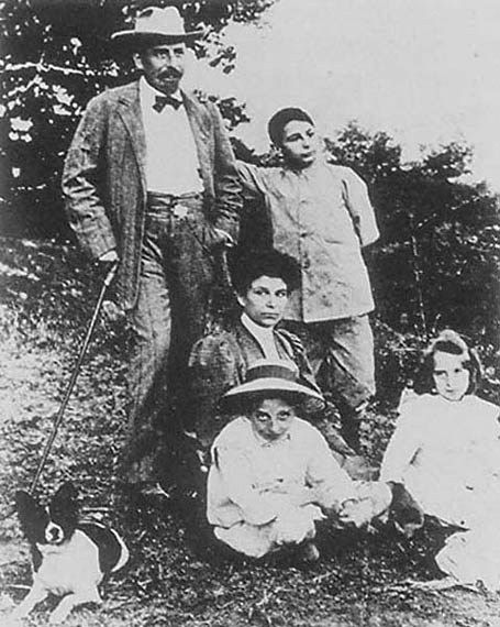 Famiglia Pirandello con Antonietta e figli piccoli: Lietta, Stefano, Fausto