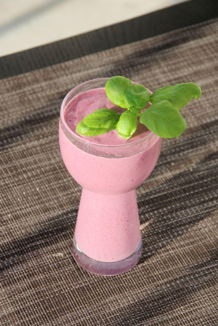 Jahodovo-hruškové smoothie s kúskom bazalky