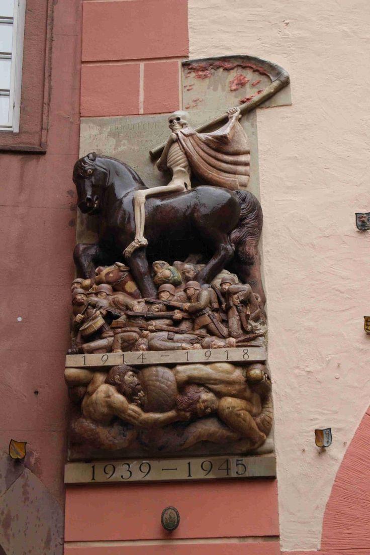 カールスルーエ近郊のエットリンゲンの第一次世界大戦の戦没者記念碑。後に第二次世界大戦の部分が追加されて、現在にまで残されている。このようなパターンで残った一次大戦の記念碑は多い。感想だけども、仏国境周辺に多い気が。