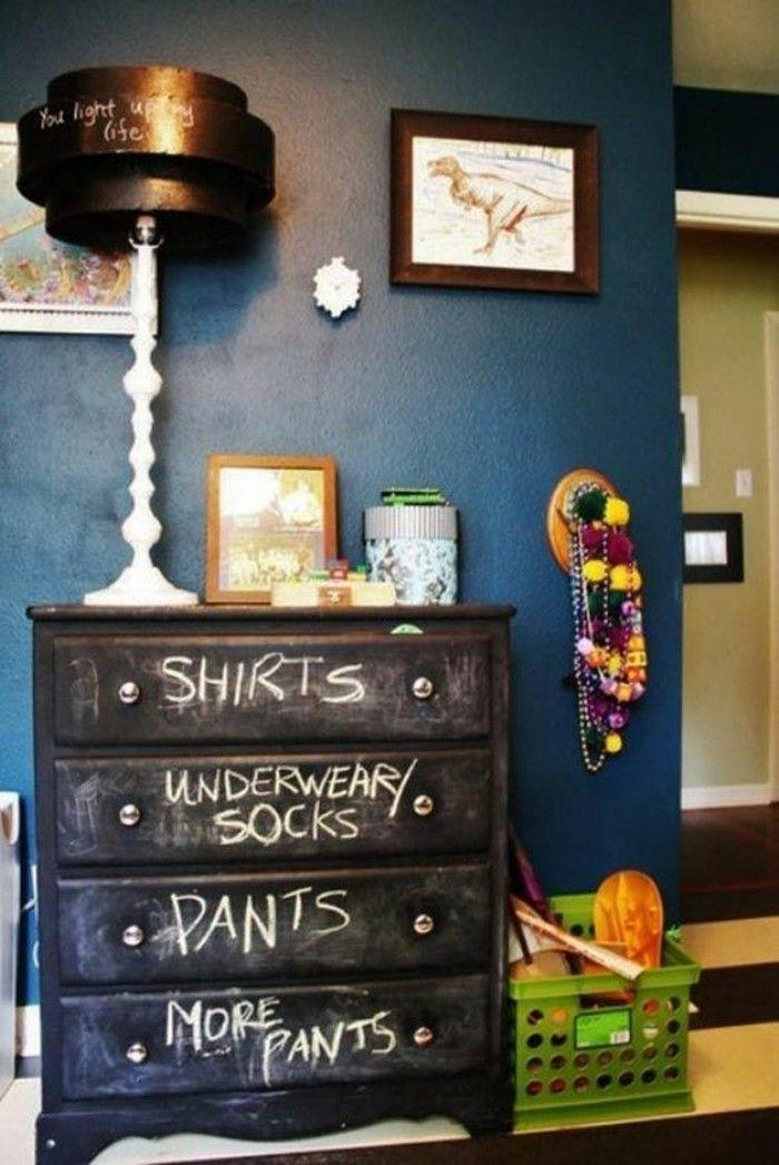 chambre d'ado garcon, mur en bleu foncé, meuble industriel en bleu foncé