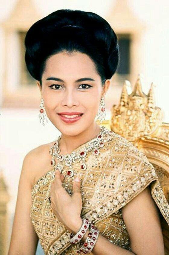 """HM. Queen Sirikit Of Thailand ทรงพระองค์ใน""""ชุดไทยจักรี"""" - ในงานเลี้ยงถวายพระกระยาหาร ณ โรงแรมเมย์ฟลาวเวอร์ในกรุงวอชิงตัน นักข่าวสังคมได้ถวายพระสมัญญาว่า สมเด็จพระนางเจ้าฯ พระบรมราชินีนาถ แห่งประเทศไทยทรงเป็นพระสุวรรณเทวี (The Golden Girl)พระองค์ทรงชุดไหมสีทอง บนพระอังสา(บ่าหรือไหล่) ทรงกลัดเข็มครุฑประดับเพชร ผู้มีเกียรติที่ไปร่วมในพิธีต่างสดุดีว่า""""พระองค์ทรงสิริโสภาพรรณวิไล"""""""
