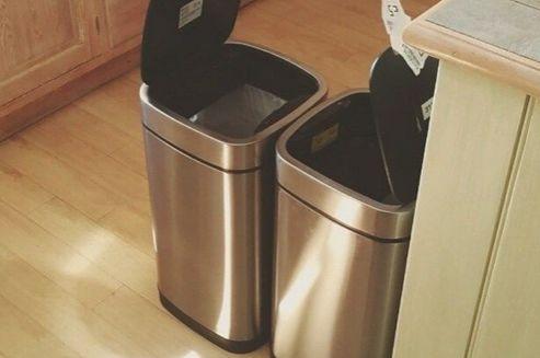 Come pulire i bidoni della spazzatura | Titty e Flavia, esperte di economia domestica e cura della casa, spiegano come pulire i bidoni della spazzatura.