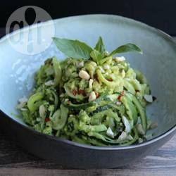 Verse courgetti (pasta van courgette) wordt gemengd met een romige avocado pesto en kip. Een snel en makkelijk gerecht, low carb en gezond!