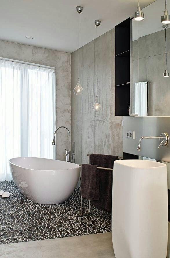 Baño moderno con bañera independiente.