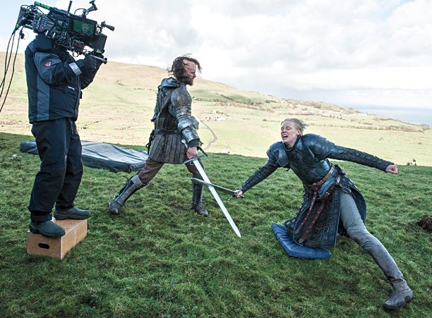 Behind the scenes&Bloopers - Page 3 Fe18790ee2bc358e0ada03e531c70c4e--iron-throne-game-of-thrones-behind-the-scenes