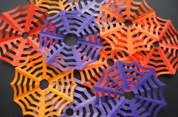 Aprenda a fazer teia de aranha de papel para deixar a sua festa de Halloween mais criativa e divertida! Veja o passo a passo! - Veja mais em: http://www.vilamulher.com.br/artesanato/passo-a-passo/teias-de-aranha-de-papel-passo-a-passo-17-1-7886495-357.html?pinterest-destaque