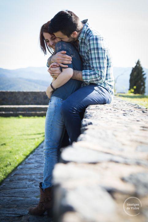 Sesión de fotos de pareja. Sesión preboda. Amor, risas y mimos antes de la boda. www.imatgesdevidre.com