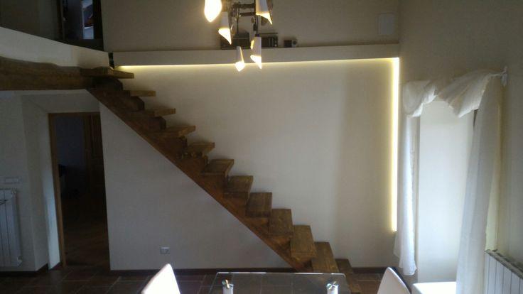 Scala  a 12 gradini da 80cm interamente in legno a trave centrale. Costo 400€ pretagliato.