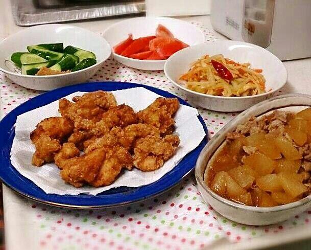 2015,8,18の夕ご飯♡ 鶏もも肉の唐揚げ、大根と豚肉の煮物、大根の皮と人参油揚げ竹輪のきんぴら、トマト、きゅうり