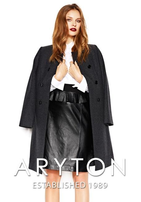 Płaszcz: wełna dziewicza, terylen;  Bluzka: polyamid, elasten  Spódnica: skora jagnięca
