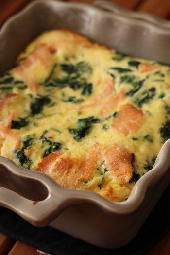 Salé - Clafoutis salé d'épinards au saumon. Ingrédients (4 personnes) : 1 bouquet d'épinards frais-2 tranches de saumon fumé-25 cl de lait-50 g de farine-50 g de ricotta (ou de parmesan, ou gruyère selon ce que vous avez)-20 g de beurre-3 oeufs-Sel et poivre. Recette sur le site.