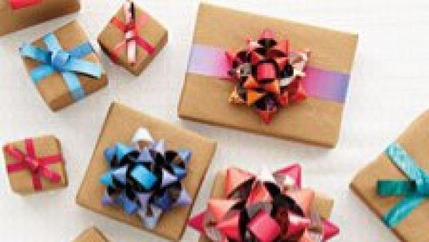 Decorazioni di Natale fai-da-te: fiocchi per pacchi regalo con riviste riciclate