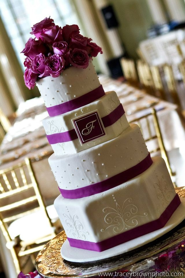Love the shape of this cake. will look good with a navy ribbon and blue flowers.