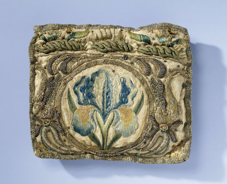 Beurs van gele zijde, geborduurd met iris in veelkleurige vloszijde en ornamenten in gouddraad, anoniem, ca. 1675 - ca. 1700