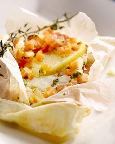 In de papillot met kabeljauw wordt de vis gestoomd, samen met blokjes tomaat en wortel. Citroen, kruiden en het gaarvocht zorgen voor een heerlijk sausje.