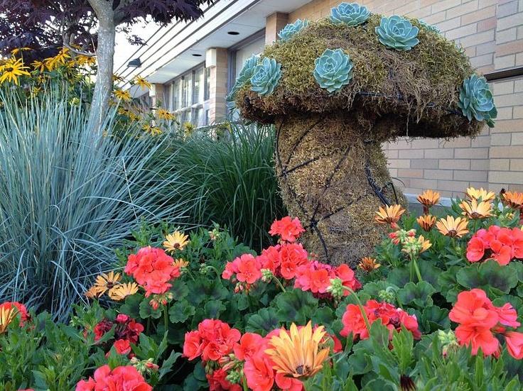 Succulent mushroom topiary.: Idea, Gardens Mushrooms, Modern Gardens Design, Gardenart, Chicken Wire, Gardens Projects, Gardens Art, Topiaries, Botanical Gardens