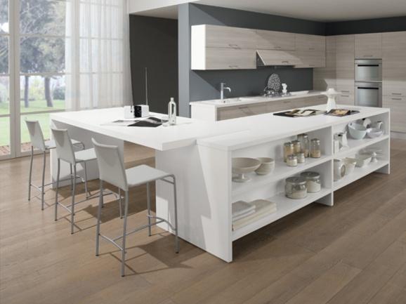 Cucina angolare moderna con penisola centrale. Struttura bianco con frontali rovere portofino.