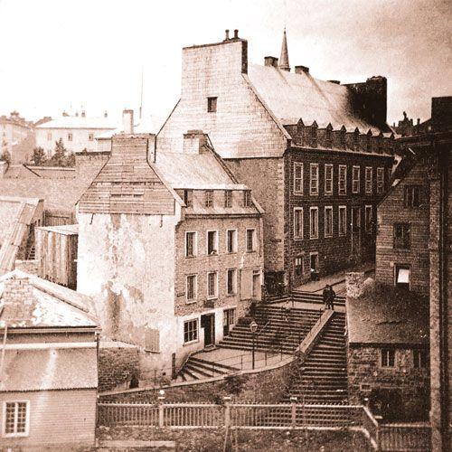 Dominant l'escalier, le bureau de poste dans la grande auberge du Chien d'or. (Aujourd'hui Bureau Poste Canada & Patrimoine Canada & Monument Mgr F. de Montmorency-Laval) vers les années 1840-1850