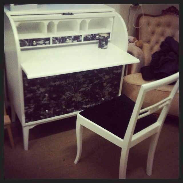Renoverad sekretär och stol.