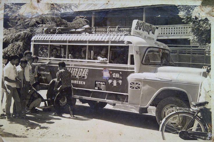 Moda transportasi rute Lhokseumawe - Bireuen...  Perkiraan tahun 60an,sumber foto milik Arief Yopi Rovian.