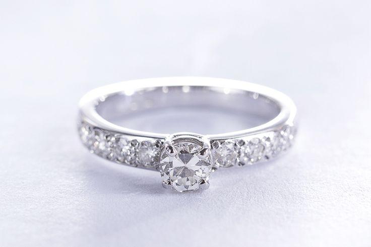 Zásnubní prsten z bílého zlata s diamantem.  #klenotnictvipraha  #zlatnictvipraha  #sperky  #prsteny  #diamanty  #engagement  #snubni  #zasnubni  #wedding  #svatba  #moda  #diamantoveprsteny  #zlato  #bilezlato  #klenotacz